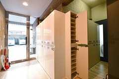 内部から見た玄関の様子。靴箱はひとり扉1枚分使用できます。(2017-02-01,周辺環境,ENTRANCE,1F)