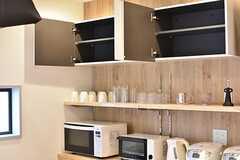 キッチン家電の様子。収納棚の上は共用スペースです。(2017-02-01,共用部,KITCHEN,4F)