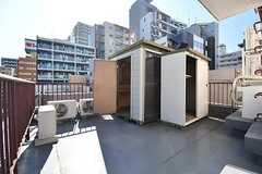 屋上の様子。屋上には物置が2室用意されています。有料で使用することができるとのこと。(2017-02-01,共用部,OTHER,6F)