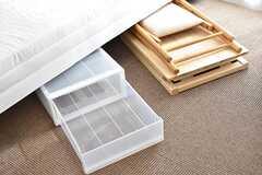全室、ベッド下に収納が用意されています。デスクとチェアは折りたたみ式です。ベッドの下に収納することができます。(503号室)(2017-02-01,専有部,ROOM,5F)