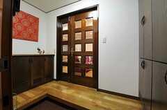 正面玄関から見た内部の様子。正面のドアの先がすぐリビングです。(2013-08-06,周辺環境,ENTRANCE,4F)