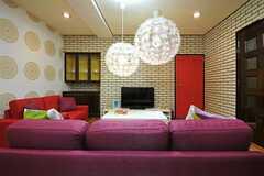 リビングの様子3。ゆったりサイズのソファです。(2013-08-06,共用部,LIVINGROOM,4F)