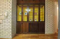 飾り棚の様子。(2013-08-06,共用部,LIVINGROOM,4F)