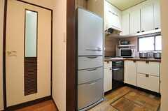 キッチンの様子。左手のドアは水まわりです。(2013-08-06,共用部,KITCHEN,4F)