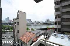 ベランダからは隅田川がチラリ。(103号室)(2013-08-06,専有部,ROOM,4F)