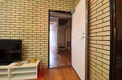 リビングから廊下に出られます。(2013-08-06,共用部,LIVINGROOM,4F)