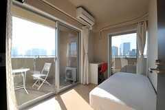 専有部の様子。掃き出し窓からベランダへ出られます。(1401号室)(2011-09-13,専有部,ROOM,14F)