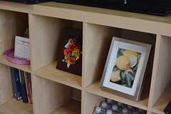 テレビ台には写真やイラストが飾られています。(2017-05-24,共用部,LIVINGROOM,14F)
