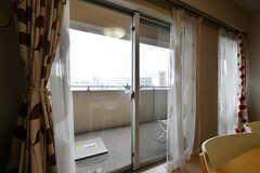 掃き出し窓からベランダに出られます。(2017-05-24,共用部,OTHER,14F)