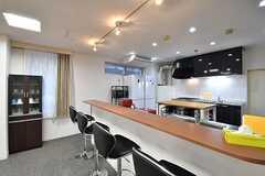 カウンターテーブルの様子2。カウンターテーブル脇に共用の食器棚が設置されています。(2017-02-09,共用部,LIVINGROOM,3F)