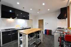 キッチンの様子。キッチンが2箇所、作業台が1箇所用意されています。(2017-02-09,共用部,KITCHEN,3F)