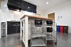 作業台の下は収納棚です。収納棚には炊飯器が3つ置かれています。(2017-02-09,共用部,KITCHEN,3F)