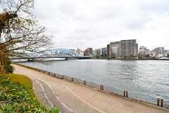 建物のすぐ裏手に隅田川が流れています。(2016-12-22,共用部,ENVIRONMENT,1F)