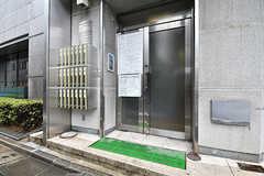 シェアハウスの玄関ドア。工事の張り紙は撤去される予定です。(2017-03-02,周辺環境,ENTRANCE,1F)