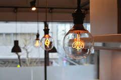カウンターの照明は裸電球です。(2017-03-02,共用部,LIVINGROOM,2F)