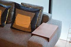 ソファの肘掛けにはカップなどを置けるテーブルが付いています。(2017-03-02,共用部,LIVINGROOM,2F)