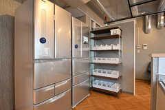 冷蔵庫の様子。各部屋にも冷蔵庫が設置されています。奥の棚には調味料などを収納しておけます。(2017-03-02,共用部,KITCHEN,2F)