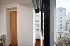 窓際にはすき間があります。(505号室)(2017-03-02,専有部,ROOM,5F)