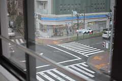 窓から見える景色。すぐ近くにコンビニがあります。(301号室)(2017-03-02,専有部,ROOM,3F)