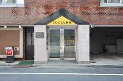 シェアハウスの玄関の様子。ラウンジは2Fです。(2013-10-31,共用部,OUTLOOK,1F)