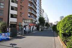 東京メトロ有楽町線・新富町駅からシェアハウスへ向かう道の様子。(2013-10-31,共用部,OTHER,1F)