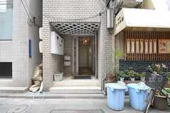 シェアハウスの正面玄関。扉の左脇にはポストが設置されるとのこと。(2011-12-22,周辺環境,ENTRANCE,1F)
