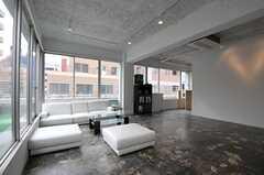 ラウンジの様子3。奧にバーカウンターがあります。(2011-12-22,共用部,LIVINGROOM,5F)