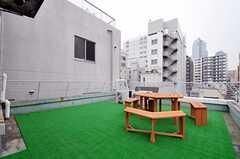 屋上の様子。テーブルとチェアが置かれています。(2011-12-22,共用部,OTHER,6F)