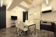 リビングの様子3。ドアは左から304、305、306号室です。(2011-12-22,共用部,LIVINGROOM,3F)