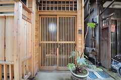 シェアハウスの正面玄関。(2014-02-28,周辺環境,ENTRANCE,1F)