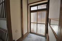 内部から見た玄関周辺の様子。(2014-03-03,周辺環境,ENTRANCE,1F)