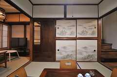 右手の先にはキッチンと階段があります。(2014-03-03,共用部,LIVINGROOM,1F)