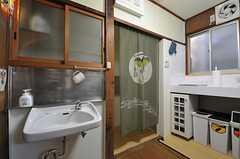 キッチンの様子。暖簾の先は、洗濯機とシャワールームが設置されています。(2014-03-03,共用部,KITCHEN,1F)