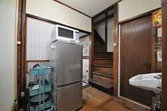 階段の隣のドアはトイレです。(2014-03-03,共用部,KITCHEN,1F)