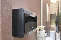 ポストは玄関ドア横の壁についています。(2012-02-10,共用部,OTHER,1F)