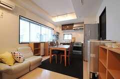 リビングの様子。奥にキッチンがあります。(2012-02-10,共用部,LIVINGROOM,1F)