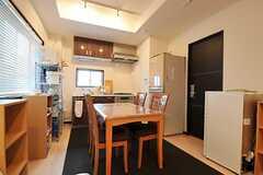 リビングの様子2。冷蔵庫脇のドアは、同居するオーナーの専有部です。(2012-02-10,共用部,LIVINGROOM,1F)