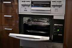 料理好きには嬉しい大型オーブンもあります。(2012-02-10,共用部,KITCHEN,1F)