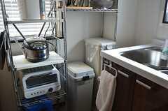 ラックにはキッチン家電が置かれています。ゴミ箱もコチラ。(2012-02-10,共用部,KITCHEN,1F)