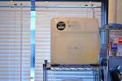 ポップなデザインの電子レンジは、少し前のSHARP製品だそう。(2012-02-10,共用部,KITCHEN,1F)