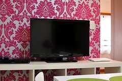 共用TVの様子。ブルーレイもあります。(2012-08-07,共用部,TV,5F)