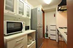 キッチンの対面には食器棚と冷蔵庫があります。(2012-08-07,共用部,KITCHEN,5F)