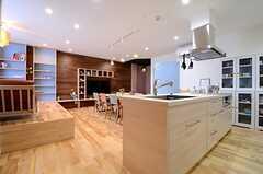 ラウンジとキッチンは一体です。(2015-06-28,共用部,LIVINGROOM,1F)