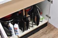 シンクの下は共用のフライパンや鍋が用意されています。(2017-04-24,共用部,KITCHEN,3F)