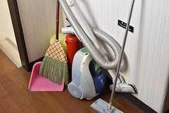廊下には掃除用品が置かれています。(2017-04-24,共用部,OTHER,4F)