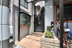 メインの玄関は2階にあります。集合ポストは1階に。(2014-05-22,周辺環境,ENTRANCE,1F)
