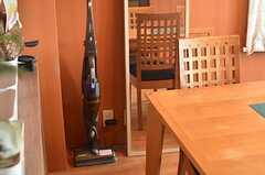 掃除機はスティック型。(2014-05-22,共用部,LIVINGROOM,2F)