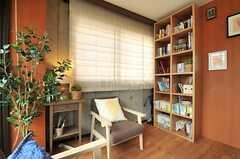 ソファコーナーには本棚があります。(2014-05-22,共用部,LIVINGROOM,2F)
