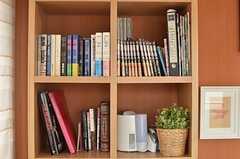 本棚の様子。入居者さんが持ち寄っているのだそう。(2014-05-22,共用部,LIVINGROOM,2F)