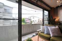掃出窓からはベランダに出られます。(2014-05-22,共用部,LIVINGROOM,2F)